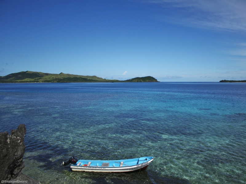 Image of where the boat drops you off for the Sawa-i-lau Caves, with bright blue water and islands off in the distance.